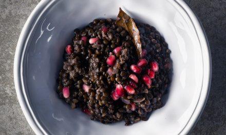 schwarze Belugalinsen mit Granatapfel