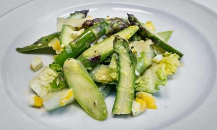 Spargelsalat mit Parmesan und Ei