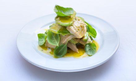 Pochierte Hühnerbrust mit Avocado & Basilikum