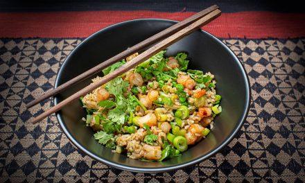 Gebratener Reis mit Shrimps und grünem Gemüse